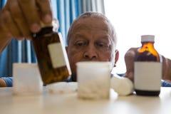 Homme supérieur prenant des médecines dans la maison de repos Photo stock