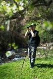 Homme supérieur prenant des photos en voyage de hausse Images stock