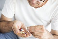 Homme supérieur prenant des pilules Photos libres de droits