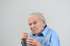 Homme supérieur prenant la dose prescrite de médecine Images libres de droits