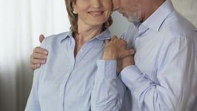 Homme supérieur prenant la femme par des épaules par derrière, l'embrassant sur le chef, aimant banque de vidéos