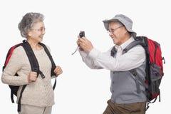 Homme supérieur prenant la photo de l'épouse avec l'appareil photo numérique Image libre de droits