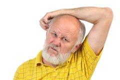 Homme supérieur presque chauve se grattant l'autre oreille photos libres de droits