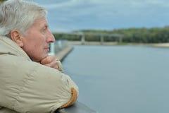 Homme supérieur réfléchi par la rivière Photographie stock