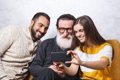 Homme supérieur s'asseyant avec ses enfants photo libre de droits