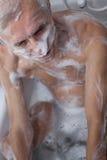 Homme supérieur se baignant Photo libre de droits