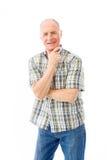 Homme supérieur se tenant avec la main sur le menton Photo stock