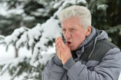 Homme supérieur se tenant extérieur en hiver Image libre de droits