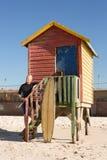 Homme supérieur se tenant sur des étapes de hutte de plage Photo stock