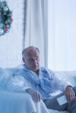 Homme supérieur seul à Noël photographie stock libre de droits