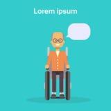 Homme supérieur sur le fauteuil roulant vieux Sit On Wheelchair Disability Concept de sourire handicapé masculin heureux Photo libre de droits