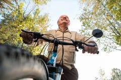 Homme supérieur sur le tour de cycle dans la campagne Image stock