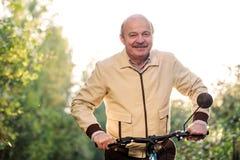 Homme supérieur sur le tour de cycle dans la campagne Photo stock