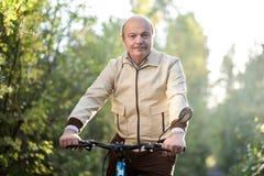 Homme supérieur sur le tour de cycle dans la campagne Photo libre de droits