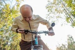 Homme supérieur sur le tour de cycle dans la campagne Photos libres de droits
