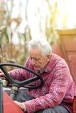 Homme supérieur sur le tracteur Photo libre de droits