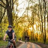 Homme supérieur sur son vélo de montagne dehors Photographie stock