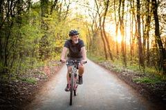 Homme supérieur sur son vélo de montagne dehors Photo libre de droits