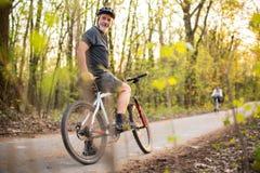 Homme supérieur sur son vélo de montagne dehors Image libre de droits