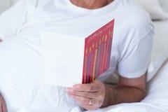 Homme supérieur tenant la carte de voeux d'anniversaire Photographie stock