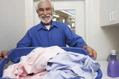 Homme supérieur tenant le panier de blanchisserie Photos libres de droits