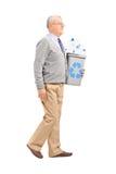 Homme supérieur tenant une poubelle de réutilisation Photo stock