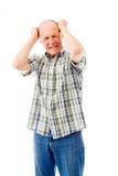 Homme supérieur tirant ses cheveux et criant dans la frustration Images stock