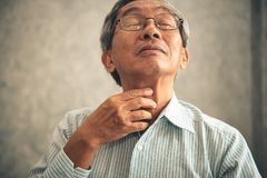 Homme supérieur touchant son cou et ayant la douleur dans la gorge Photographie stock