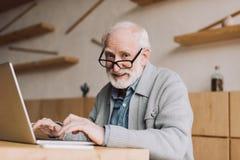 Homme supérieur travaillant avec l'ordinateur portable Photos libres de droits