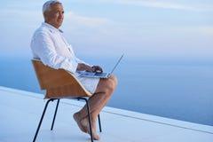 Homme supérieur travaillant sur l'ordinateur portable Photo libre de droits