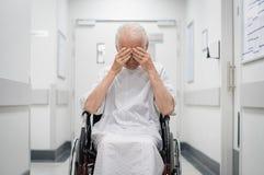 Homme supérieur triste sur le fauteuil roulant Photographie stock libre de droits