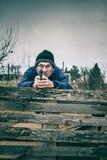 Homme supérieur visant une arme à feu Photos stock