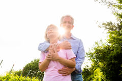 Homme supérieur et femme marchant main dans la main Photo stock