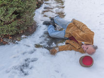 Homme supérieur glissant sur la glace sur son passage couvert Image libre de droits
