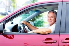 Homme supérieur heureux dans la voiture. Photos libres de droits