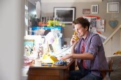 Homme sur des affaires courantes d'ordinateur portable du siège social Photographie stock libre de droits