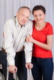 Homme sur des béquilles et le sien infirmière Photo stock