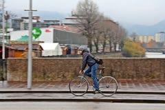 Homme sur des bicyclettes dans Salzberg, Autriche Image stock