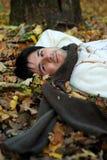 homme sur des lames d'automne Photos libres de droits