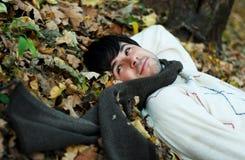 Homme sur des lames d'automne images stock