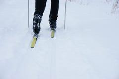 Homme sur des skis Photos libres de droits