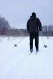 Homme sur des skis Photographie stock libre de droits
