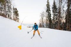 Homme sur des skis abaissant et prenant le selfie avec le bâton Images libres de droits