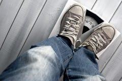 Homme sur l'échelle de plancher Image libre de droits