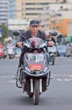 Homme sur l'e-vélo dans la zone urbaine, Kunming, Chine Photo libre de droits