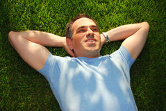 Homme sur l'herbe Photos stock