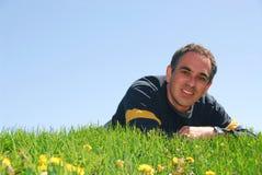 Homme sur l'herbe Image stock
