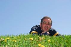 Homme sur l'herbe images libres de droits