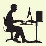 Homme sur l'ordinateur Photographie stock libre de droits
