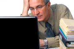 Homme sur l'ordinateur Photographie stock